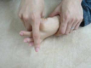 親指をひろげる