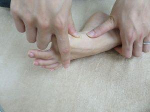 親指を広げる