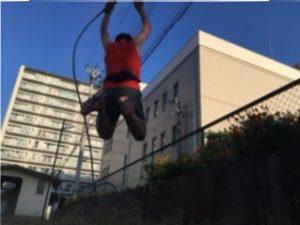 花壇でジャンプ
