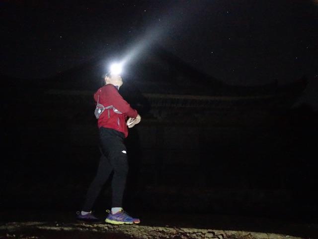 闇を照らす