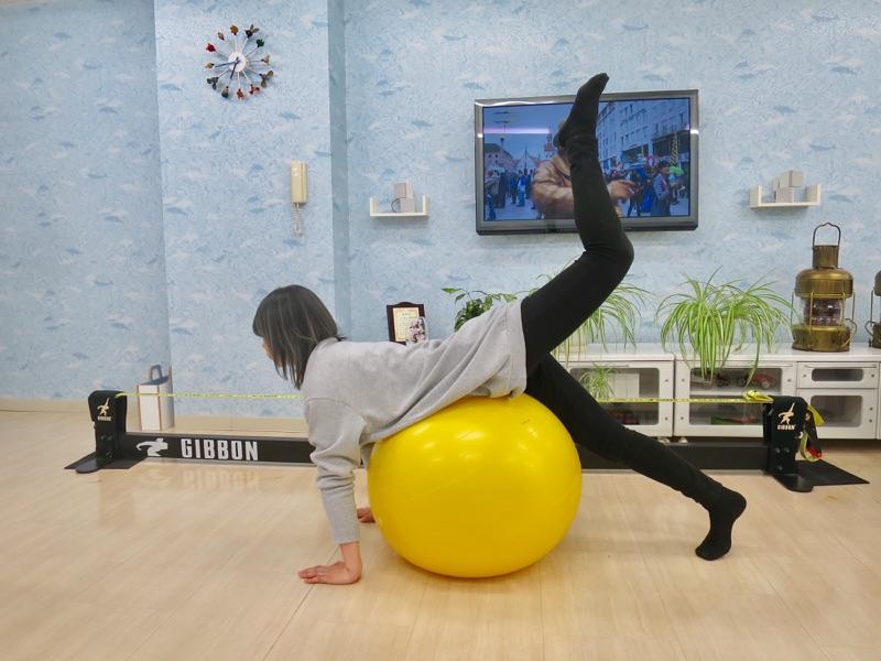 左足を上げる