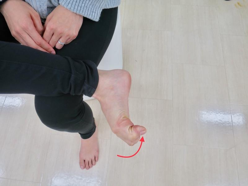 足の指を曲げる