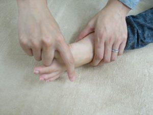 親指を深く曲げる