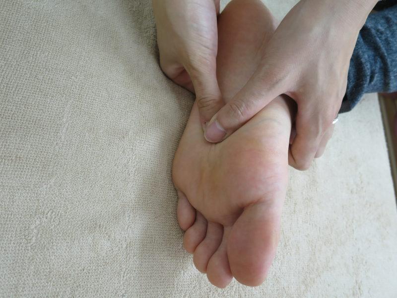 足の裏付け根近く
