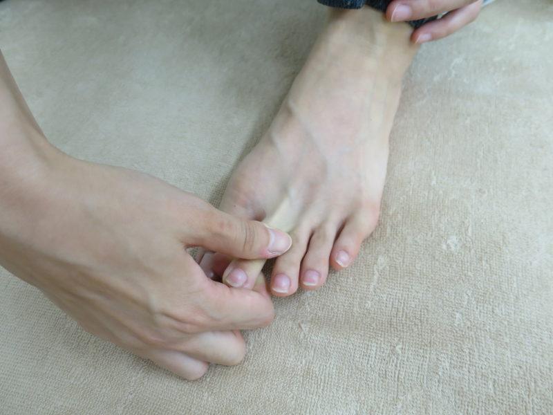 他の指を引っ張る