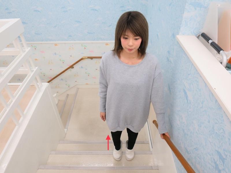 階段でつま先立ち