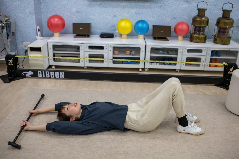寝転がって棒体操上下